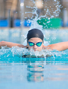 Польза плавания для позвоночника: какой стиль полезен